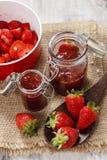 Herstellung der Erdbeermarmelade Stockfotos