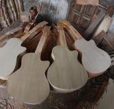 Herstellung der Gitarre Stockbild