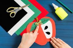 Herstellung der Grußkarte in der Form des Apfels für neues Schuljahr jobstep Stockbilder