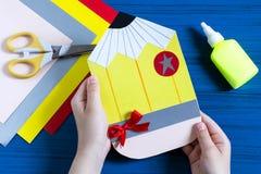 Herstellung der Grußkarte für neues Schuljahr Schritt 10 Lizenzfreie Stockfotos