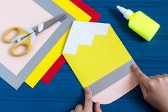 Herstellung der Grußkarte für neues Schuljahr Schritt 6 Lizenzfreie Stockfotos
