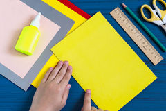 Herstellung der Grußkarte für neues Schuljahr Schritt 2 Lizenzfreie Stockbilder