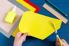 Herstellung der Grußkarte für neues Schuljahr Schritt 4 Lizenzfreie Stockfotos