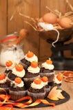Herstellung der Halloween-Muffins lizenzfreie stockfotografie
