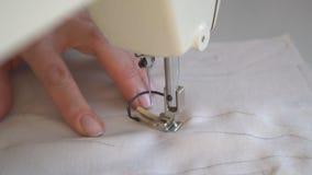 Herstellung der handgemachten Puppe stock video