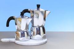 Herstellung der italienischen Kaffeetradition durch moka Topf lizenzfreie stockfotos