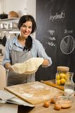 Herstellung der köstlichen Torte an ihrem Haus Lizenzfreie Stockbilder