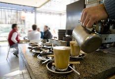 Herstellung der lattes und Kaffee Lizenzfreie Stockfotografie