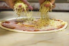 Herstellung der Pizza Lizenzfreies Stockfoto