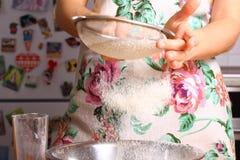 Herstellung der Pizza durch weibliche Hände auf Küchentisch Lizenzfreie Stockbilder