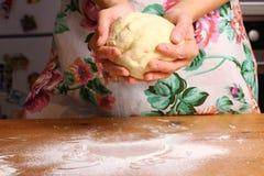 Herstellung der Pizza durch weibliche Hände auf Küchentisch Stockbild