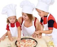 Herstellung der Pizza mit den Kindern Lizenzfreie Stockfotos