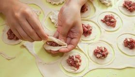 Herstellung der russischen Fleischmehlklöße Lizenzfreie Stockfotos