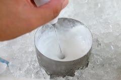 Herstellung der schäumenden Milch Stockbild