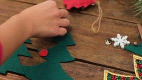 Herstellung der selbst gemachten eco Weihnachtsbaumdekoration stock footage