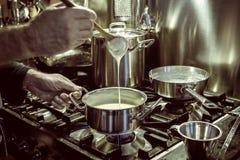 Herstellung der Soße Stockbild
