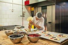 Herstellung der Torten Lizenzfreie Stockbilder