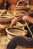 Herstellung der Weidenkörbe Stockfotos