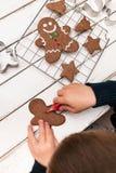 Herstellung der Weihnachtsplätzchen Stockbilder