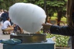 Herstellung der Zuckerwatte Stockfotos
