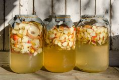 Herstellung des Apfelessigs - Apfel bessert das Schwimmen auf Wasser in einem Glas aus stockfotos