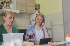 Herstellung des Apfelkuchens mit Mama lizenzfreies stockfoto