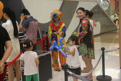 Herstellung des Ballonspielzeugs des Clowns im SHENZHEN Tai Koo Shing Commercial Center Stockbild