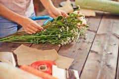 Herstellung des Blumenstraußes Stockfotos