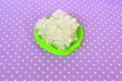 Herstellung des Filznadelkissens Wie man ein Filznadelkissen, Schritt für Schritt macht Einfaches Nähen für Kinder Handnähende Pr Lizenzfreies Stockfoto