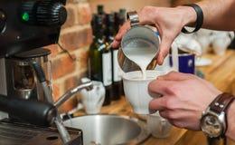 Herstellung des frischen Kaffees Lizenzfreie Stockfotos