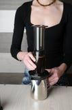 Herstellung des frischen Kaffees in Aeropress Stockfoto