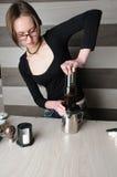 Herstellung des frischen Kaffees in Aeropress Lizenzfreies Stockbild