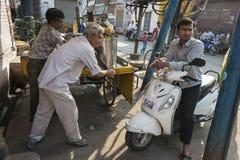Herstellung des Fruchtsaftes in Jodhpur, Indien Lizenzfreies Stockfoto