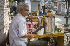 Herstellung des Fruchtsaftes in Jodhpur, Indien Lizenzfreie Stockfotografie
