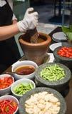 Herstellung des grünen Papaya-Salats Stockfotografie
