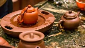 Herstellung des heißen chinesischen Tees mit kleinen keramischen Töpfen Lizenzfreie Stockbilder