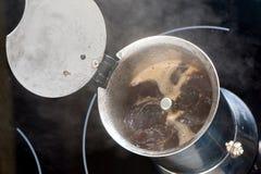 Herstellung des heißen Kaffees Stockfoto