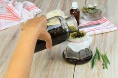 Herstellung des heilenden Öls von den Kräutern Stockfoto