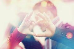 Herstellung des Hirschs mit den Fingern Fokus auf Händen Glückliche junge Paare Cer lizenzfreies stockfoto