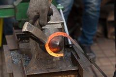 Herstellung des Hufeisens von erhitzter roter Stange Lizenzfreies Stockbild