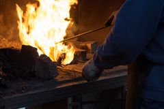 Herstellung des Hufeisens von erhitzter roter Stange Lizenzfreies Stockfoto