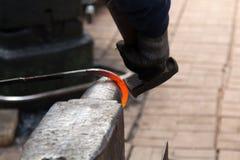Herstellung des Hufeisens von erhitzter roter Stange Stockfotos