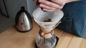 Kochendes Wasser Wird In Eine Schale Vom Kessel Gegossen Stock Video ...