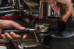 Herstellung des Kaffees lizenzfreie stockbilder