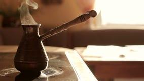 Herstellung des Kaffees auf dem Ofen stock footage