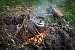 Herstellung des Kaffees auf Lagerfeuer Stockfotografie