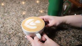 Herstellung des Kaffees Barista Prepares Coffee Vorbereitung von Latte Barista, das heiße Milch in einen Becher Espresso gießt La stock video footage