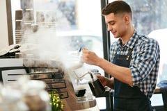 Herstellung des Kaffees Barista Using Coffee Machine im Café lizenzfreie stockfotos