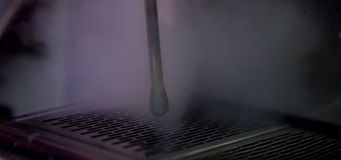 Herstellung des Kaffees in einem Café stock video footage