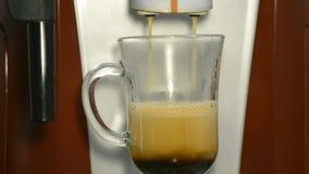 Herstellung des Kaffees in einer Kaffeemaschine stock footage